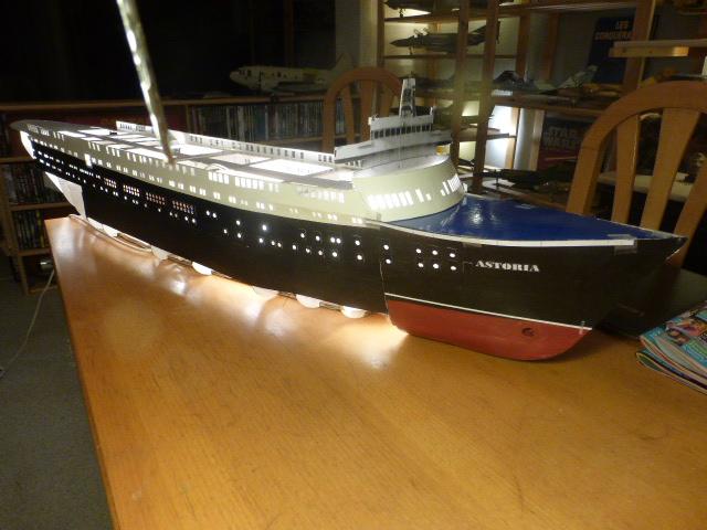 Paquebot MS Astoria au /100 ème modèle en bois et carton  P1020730