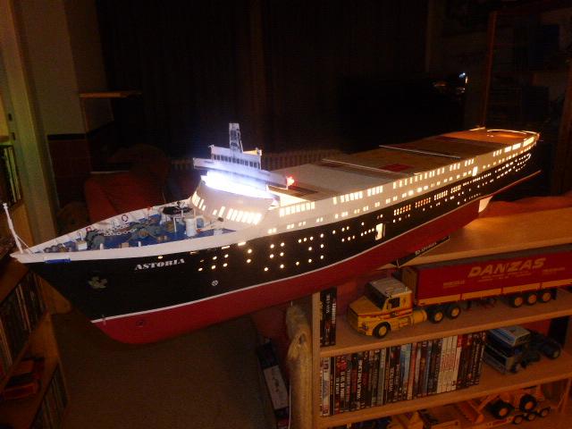 Paquebot MS Astoria au /100 ème modèle en bois et carton  P1020734