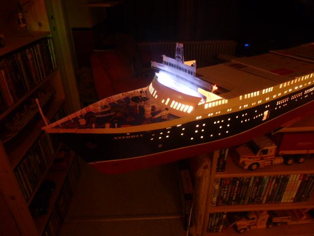 Paquebot MS Astoria au /100 ème modèle en bois et carton  P1020737