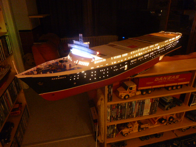 Paquebot MS Astoria au /100 ème modèle en bois et carton  P1020739