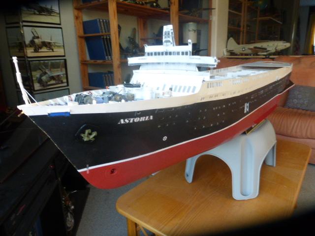 Paquebot MS Astoria au /100 ème modèle en bois et carton  P1020821