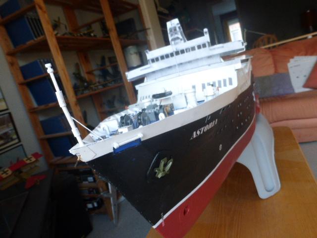 Paquebot MS Astoria au /100 ème modèle en bois et carton  P1020824