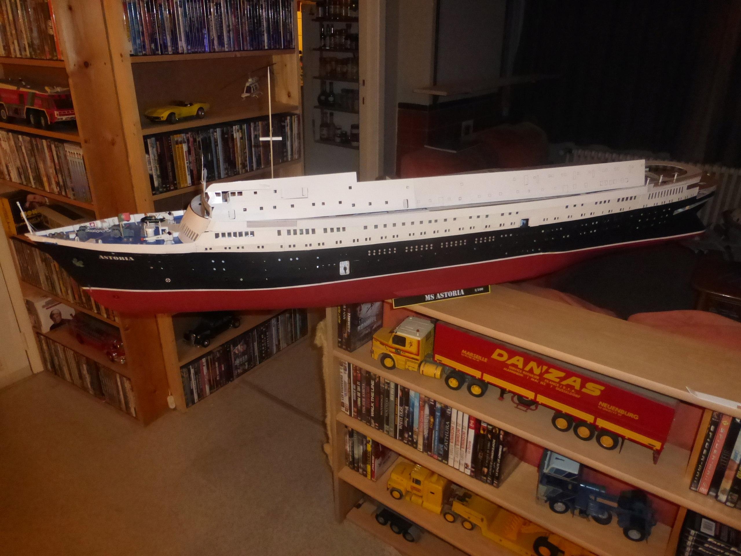 Paquebot MS Astoria au /100 ème modèle en bois et carton  - Page 2 P1020828