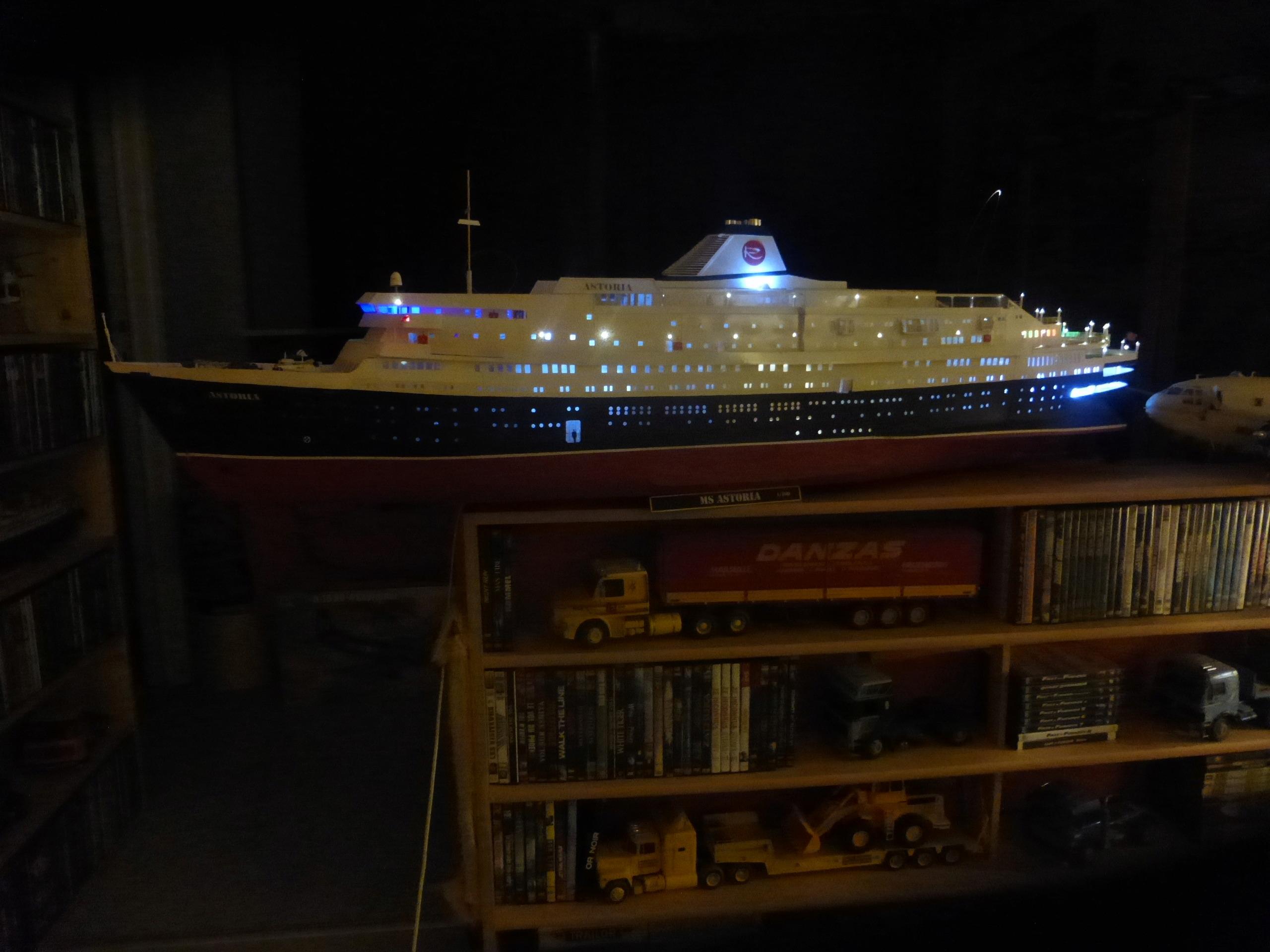 Paquebot MS Astoria au /100 ème modèle en bois et carton  - Page 2 P1020922