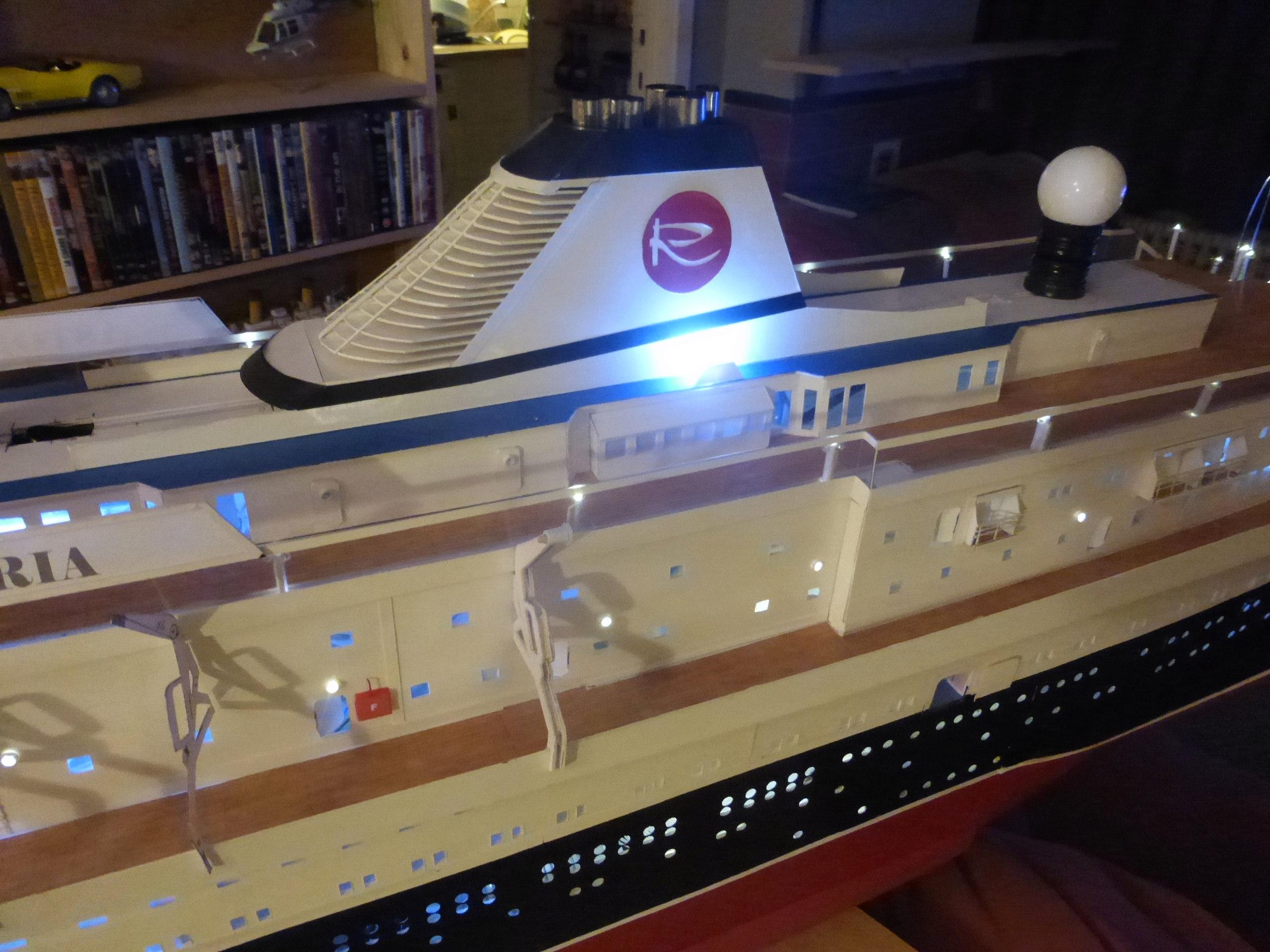 Paquebot MS Astoria au /100 ème modèle en bois et carton  - Page 2 P1020926