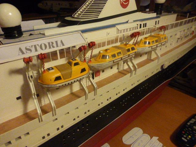 Paquebot MS Astoria au /100 ème modèle en bois et carton  - Page 3 P1020933