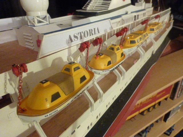 Paquebot MS Astoria au /100 ème modèle en bois et carton  - Page 2 P1020945