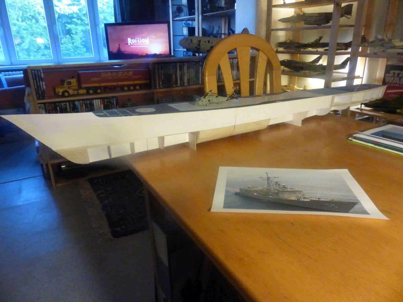 Frégate US Navy FFG... en bois et carton ech 1/100 P1030138