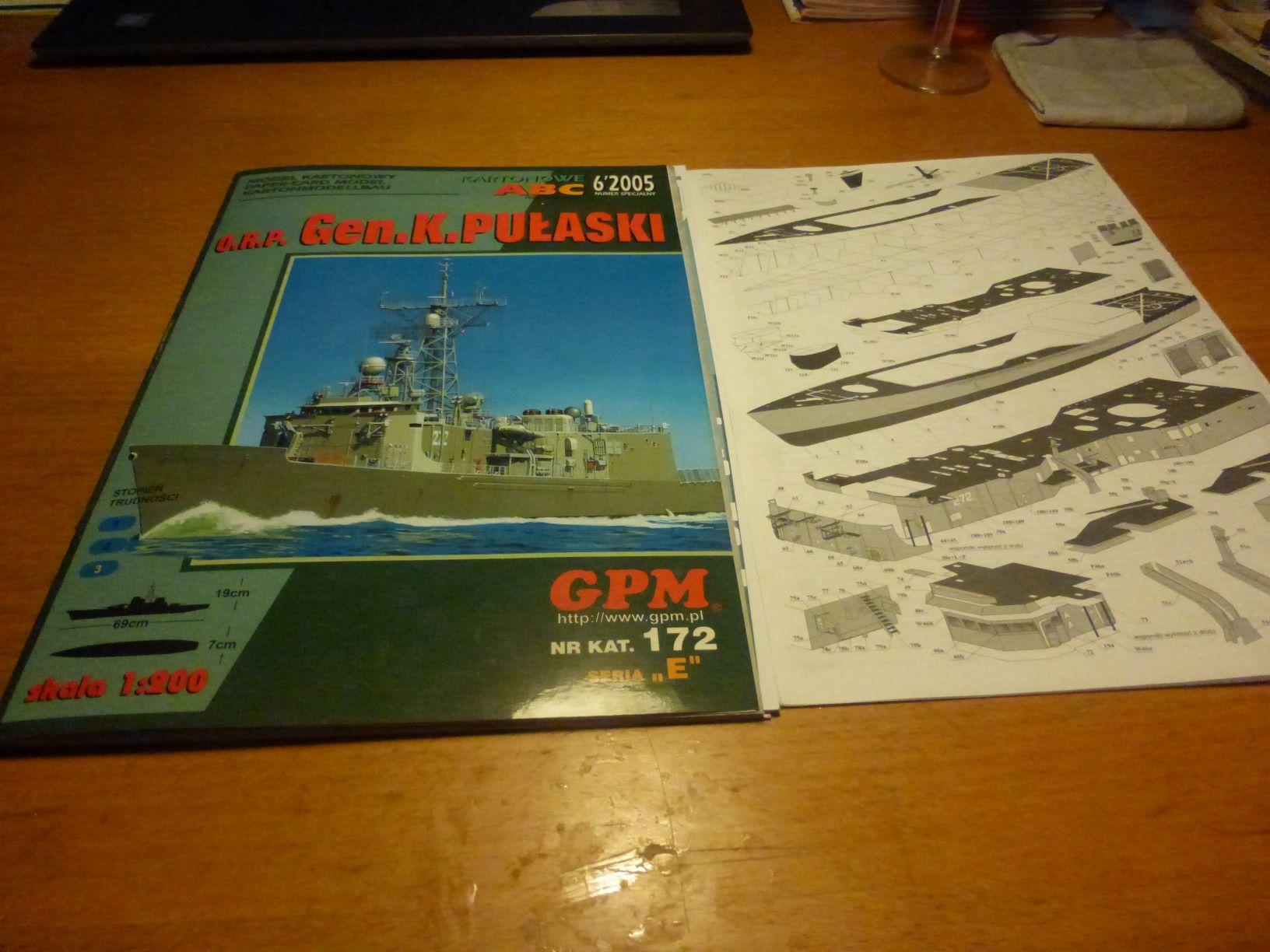 Frégate US Navy FFG... en bois et carton ech 1/100 P1030142