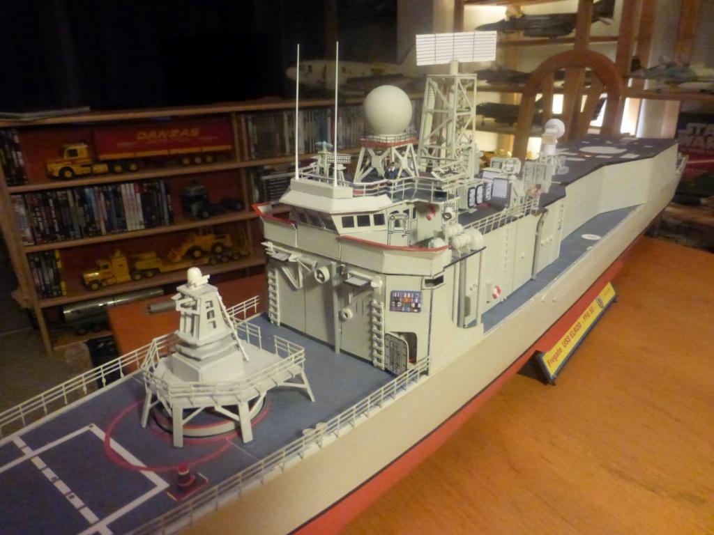 Frégate US Navy FFG... en bois et carton ech 1/100 P1030157