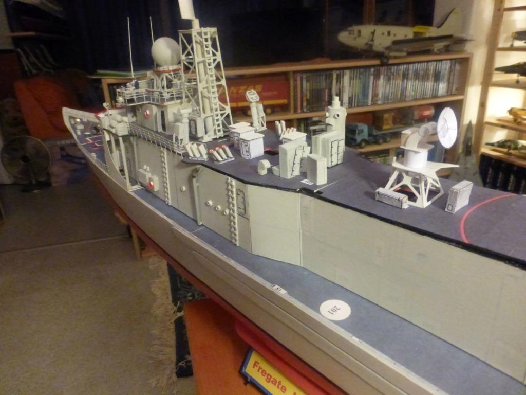 Frégate US Navy FFG... en bois et carton ech 1/100 P1030161