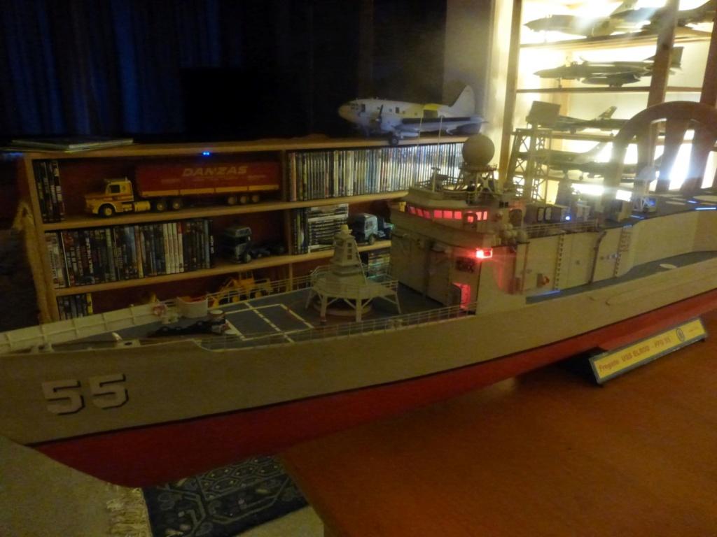 Frégate US Navy FFG... en bois et carton ech 1/100 P1030162