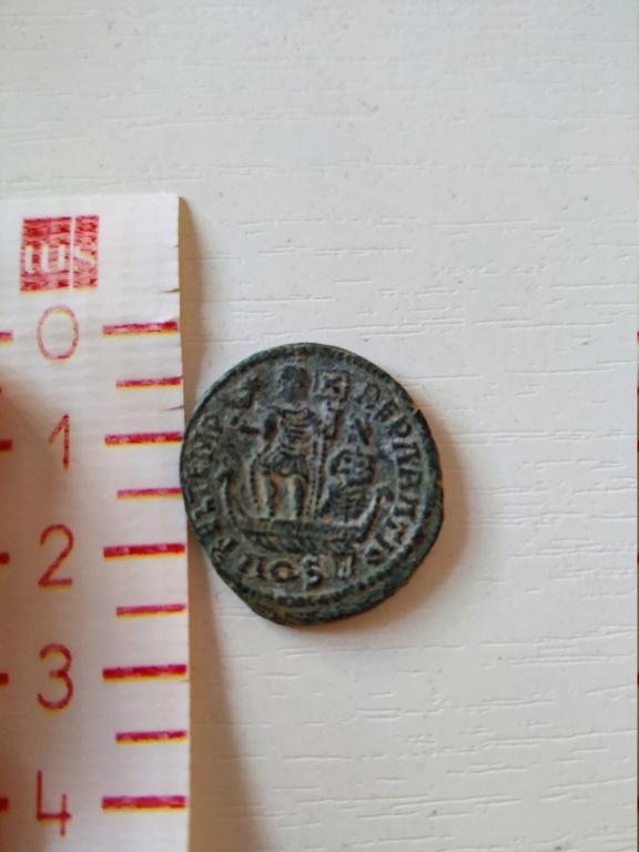 AE2 de Constancio II (acuñación no oficial). FEL TEMP REPARATIO. Emperador en galera a izq. Aquileia. Img_2010