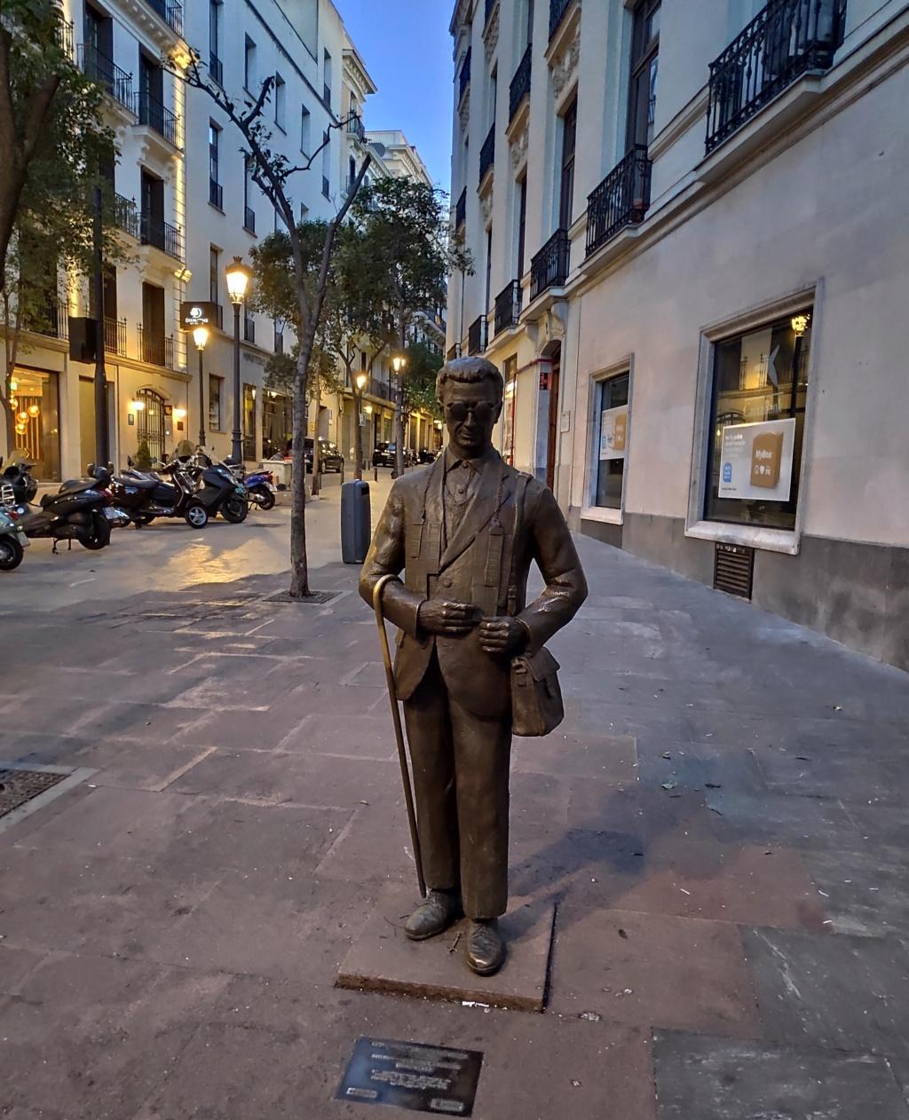 ¿Cuánto mide la estatua del vendedor de cupón la ONCE? Img_2406