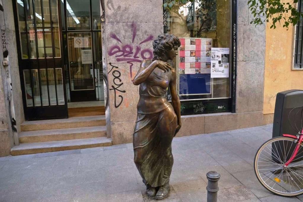 ¿Cuánto mide la estatua de La Paseante? Malasa10