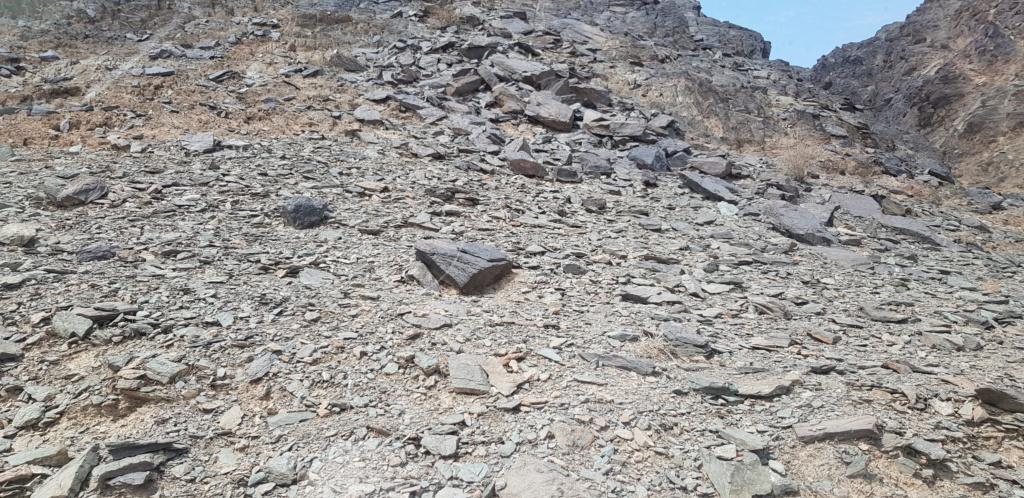 جرن شكل مربع على صخره مع سيال وجرون Eeeeee16