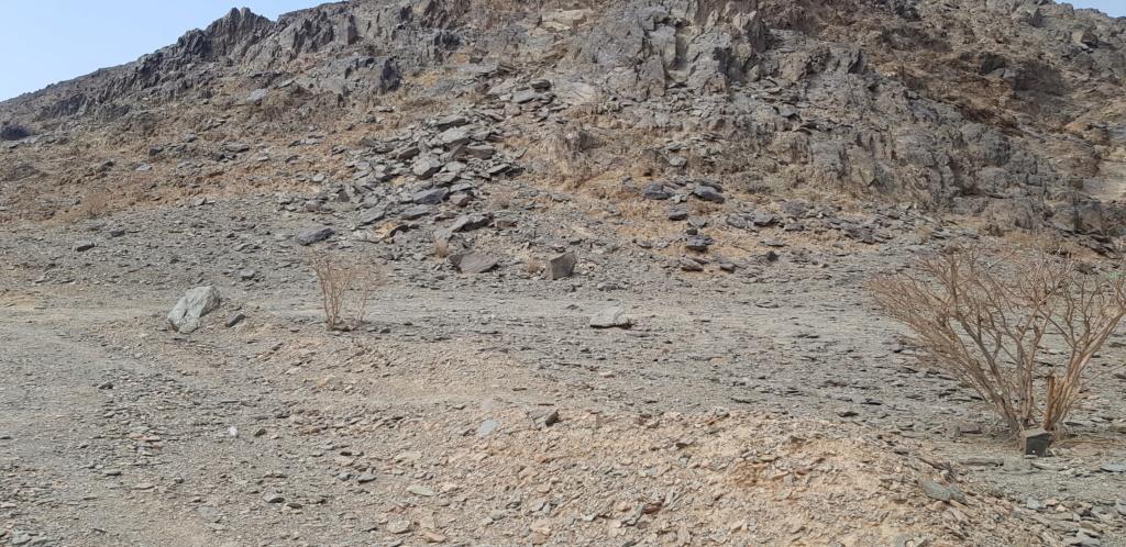 جرن شكل مربع على صخره مع سيال وجرون Eeeeee18