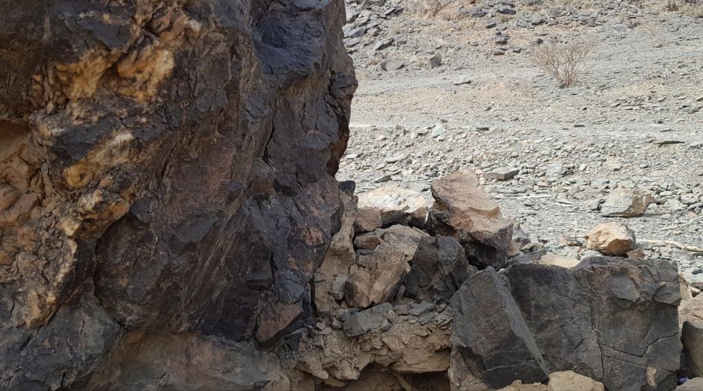 جرن شكل مربع على صخره مع سيال وجرون Eeeeee19