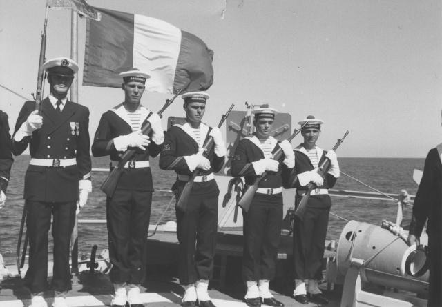 [Les traditions dans la Marine] Le port du sabre - Page 2 Garde_10