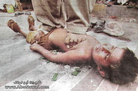 اب يقف على بطن ابنته وهي تستلقي على فراش من زجاج 113