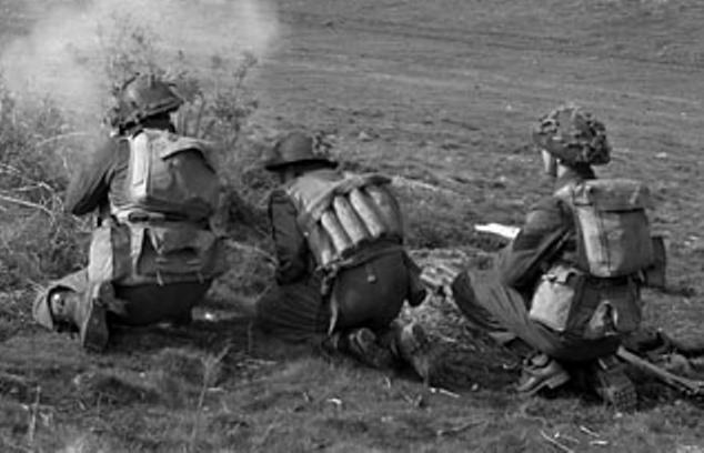 Photos d'époques montrant le port des gilets d'assauts (Battle Jerkin) GB/Can Jerkin11