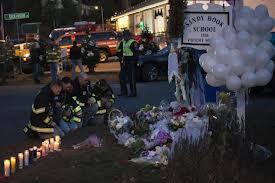 Etats Unis : prière pour les 26 victimes de la fusillade dans l'école primaire de Newtown Priare10