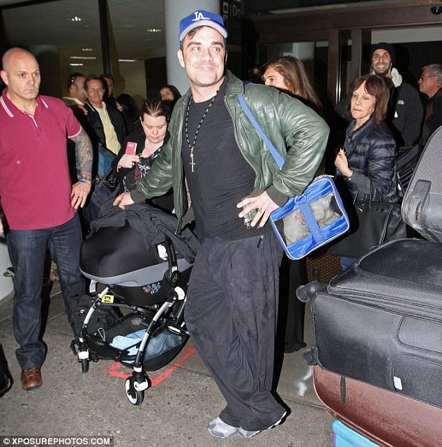 Robbie, Ayda et Teddy à Los Angeles 17.12.12 Articl10