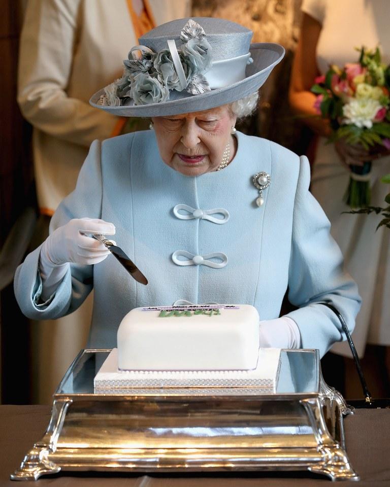 sur l'orrrrrrdre de sa Majestéééé ..... Queen-10