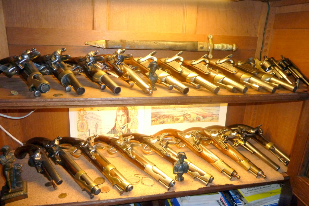 COLLECTION D'ARME ANCIENNE Vitrin10