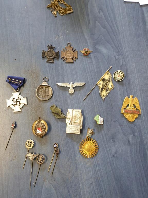 Gros lots d'insignes allemands ww2 médailles, et beaucoup d'insignes de journée 20210459