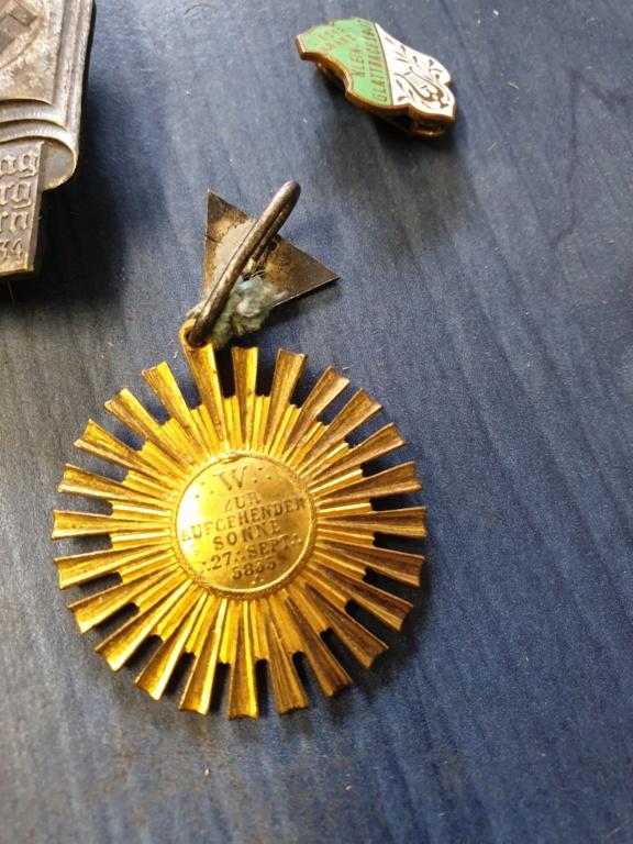 Gros lots d'insignes allemands ww2 médailles, et beaucoup d'insignes de journée 20210465