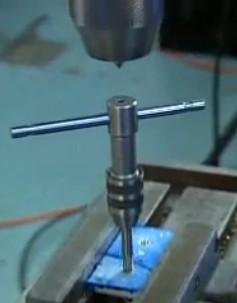 Interrogation sur 'foret à centrer (?)' et technique de 'taraudage manuel assisté par perçeuse à colonne' 2013-012