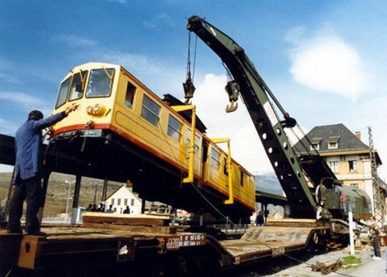 Pk 163,1 : Gare de Latour-de-Carol (66) - 2013 : Levage du train jaune à la grue de 85 T Ntj_711