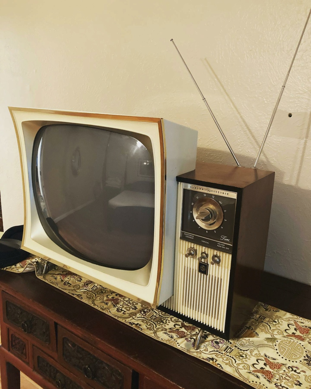 Téloches.... Vintage televisions - 1940s 1950s and 1960s tv - Page 4 17148910