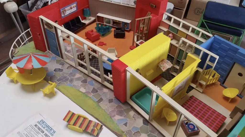 Debbie's Dream House - plastic mid-century mod showplace from Marx Toys - 1963 4pfqin10