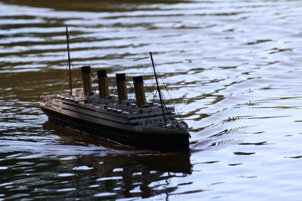 Schiffe und Boote im Wasser  Img_4411