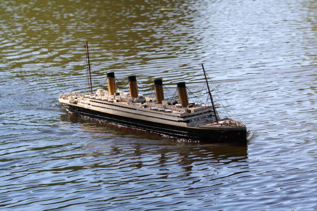Schiffe und Boote im Wasser  Img_4413