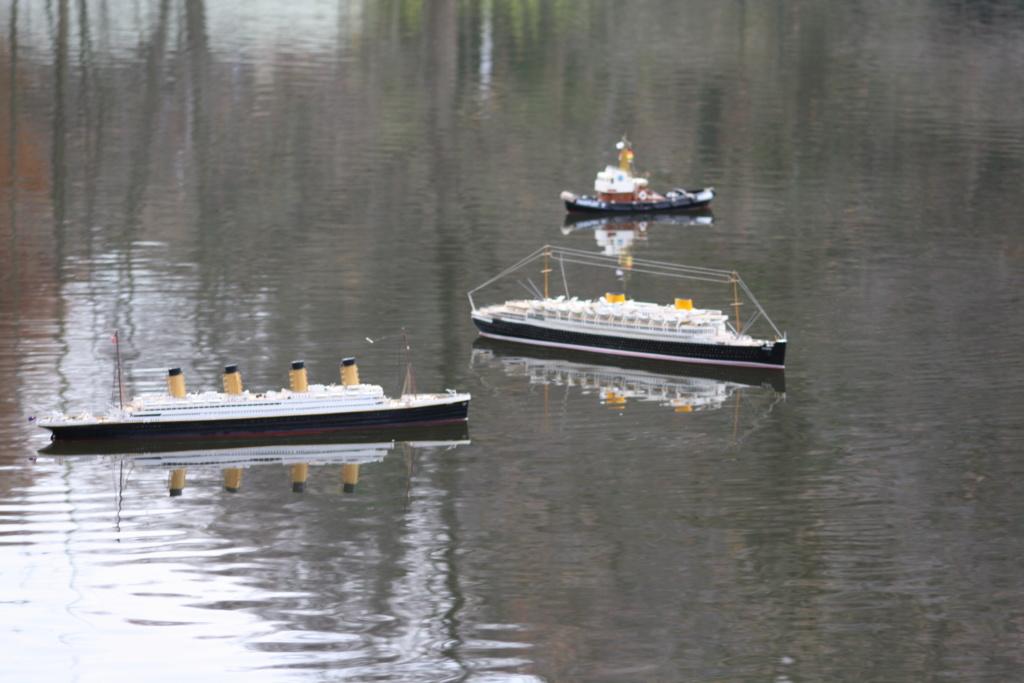 Schiffe und Boote im Wasser  Img_6213