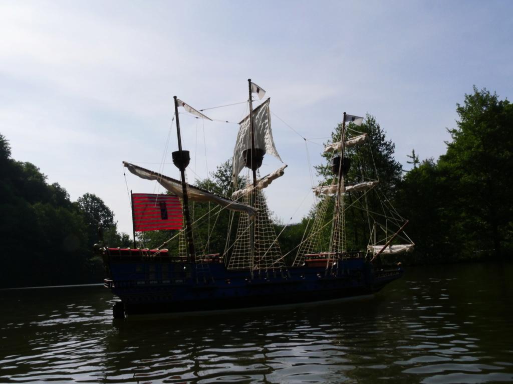 Schiffe und Boote im Wasser  P1020410
