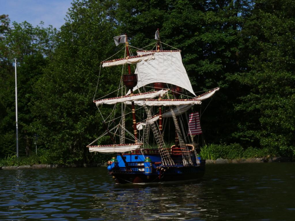 Schiffe und Boote im Wasser  P1020411