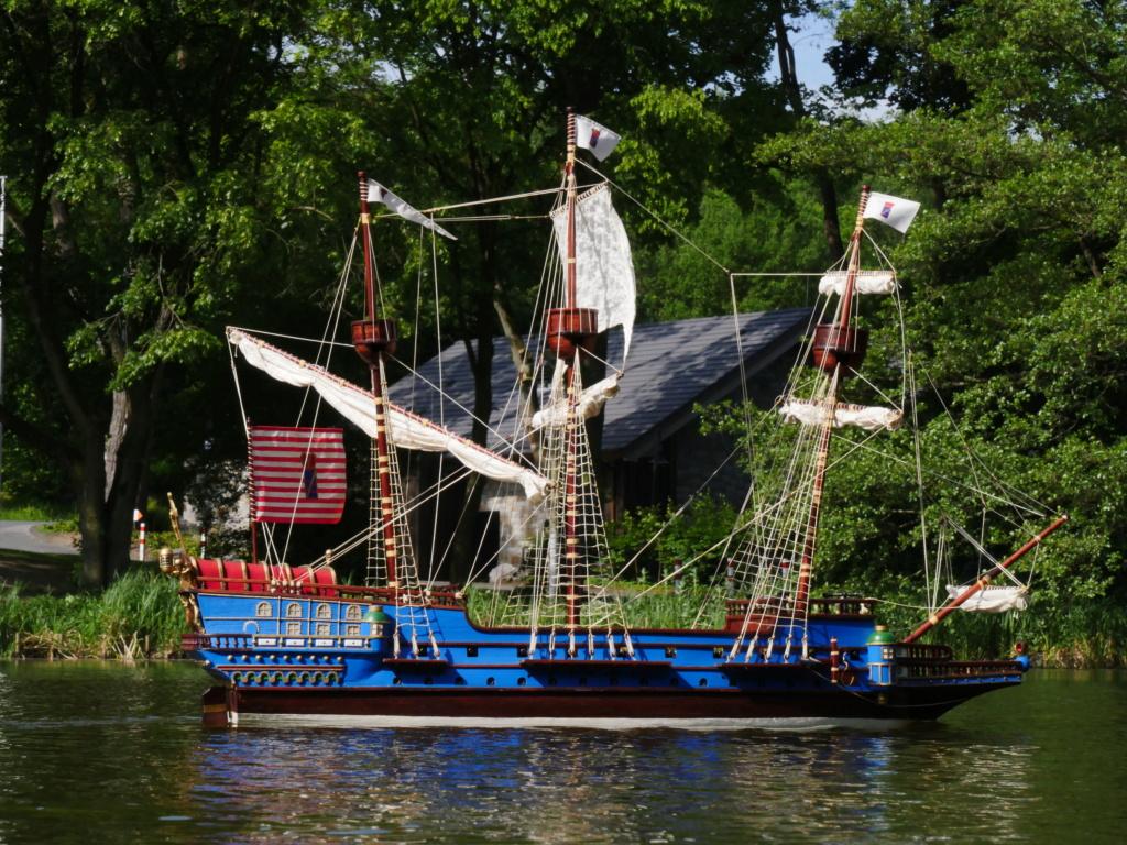 Schiffe und Boote im Wasser  P1020412
