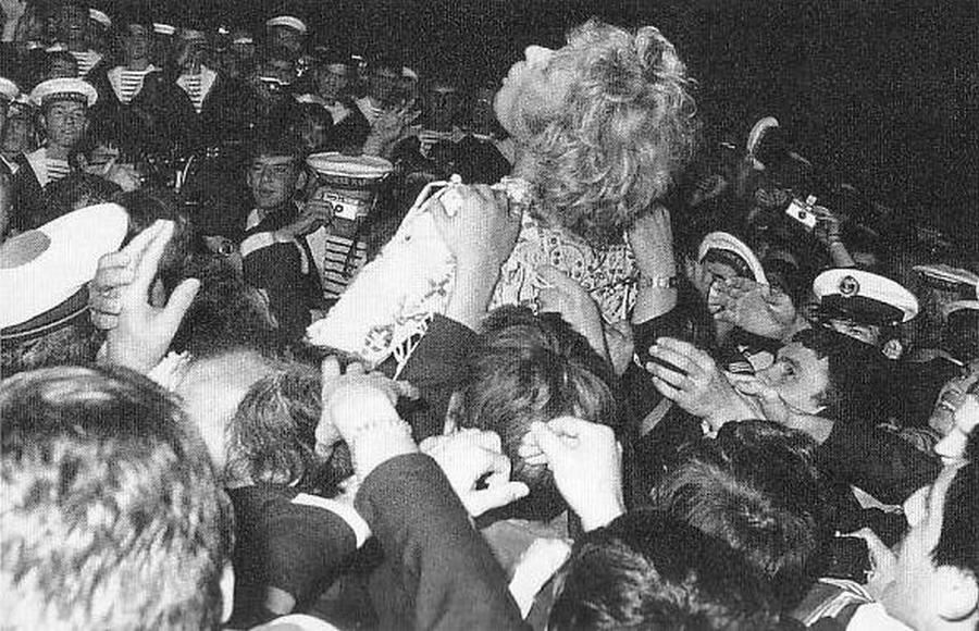 LES CONCERTS DE JOHNNY 'PORTE-AVIONS ''FOCH'', TOULON 1979' Captu443