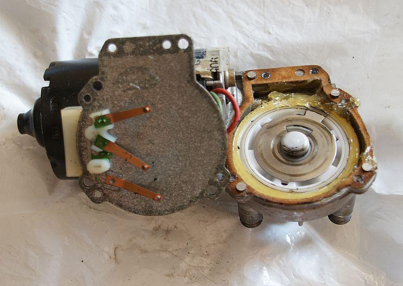 Relance moteur essuie-glaces 106 Dsc08516