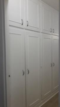 Comment décorer un couloir de placards intégrés Placar10