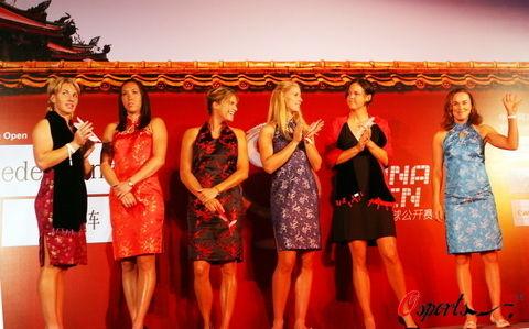 (Elle est à nouveau) Retraitée : Martina Hingis - Page 24 Groupe10
