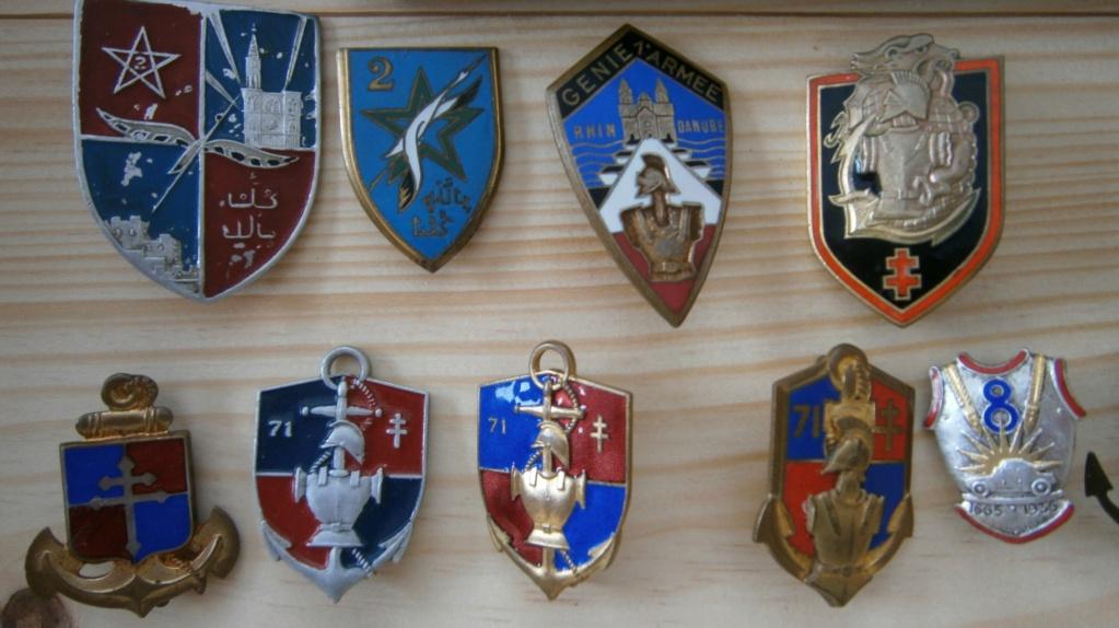 ensemble médailles et insignes d'un ancien de la 1ère armée P4030010