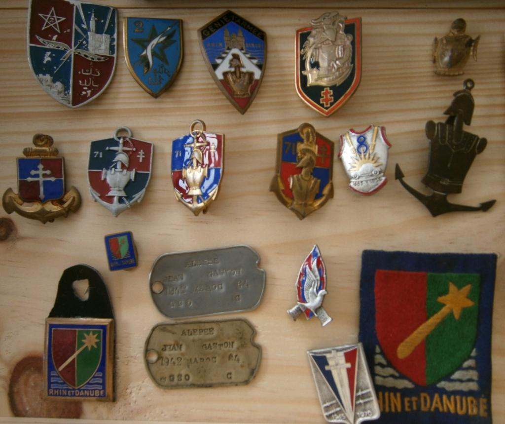 ensemble médailles et insignes d'un ancien de la 1ère armée P4030011