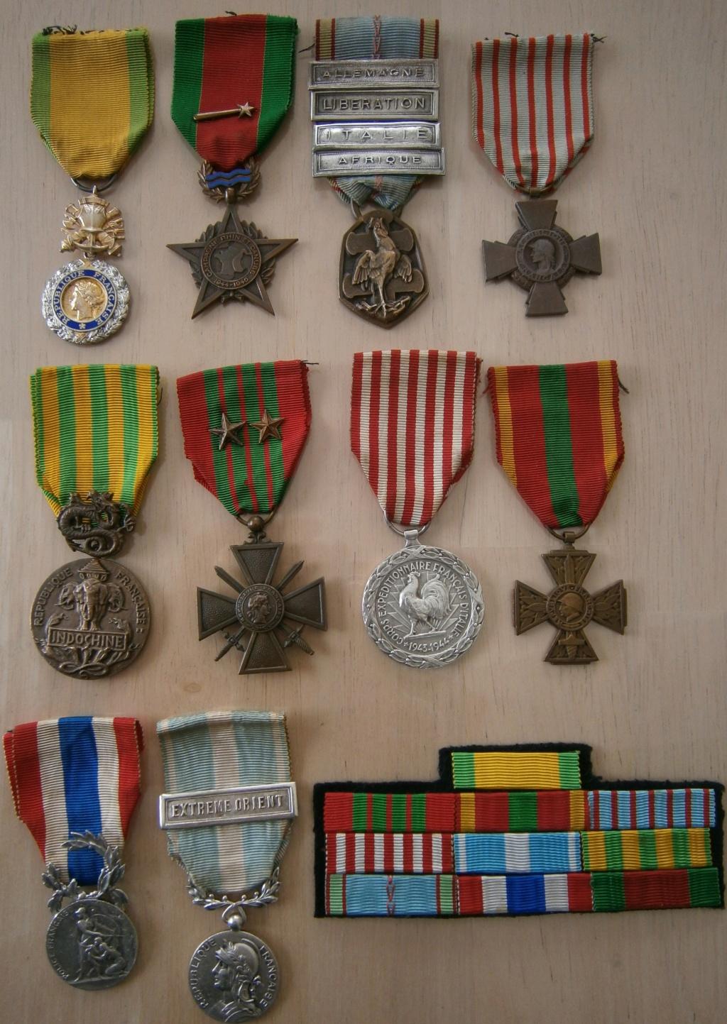 ensemble médailles et insignes d'un ancien de la 1ère armée P4030012