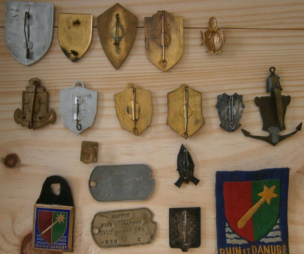 ensemble médailles et insignes d'un ancien de la 1ère armée P4030013