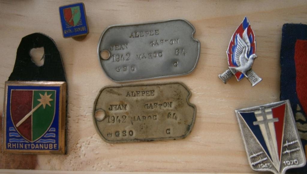 ensemble médailles et insignes d'un ancien de la 1ère armée P4030018